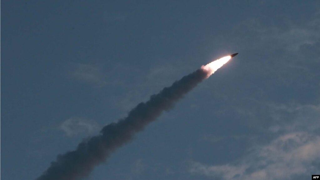 Tư liệu: Ảnh chụp ngày 25/7/2019, do hãng thông tấn chính thức của Triều Tiên-KCNA công bố hôm 26/7 chiếu vụ phóng một loại tên lửa chiến lược tầm ngắn mới từ một địa điểm bí mật ở Triều Tiên. (Photo by KCNA VIA KNS / KCNA VIA KNS / AFP)