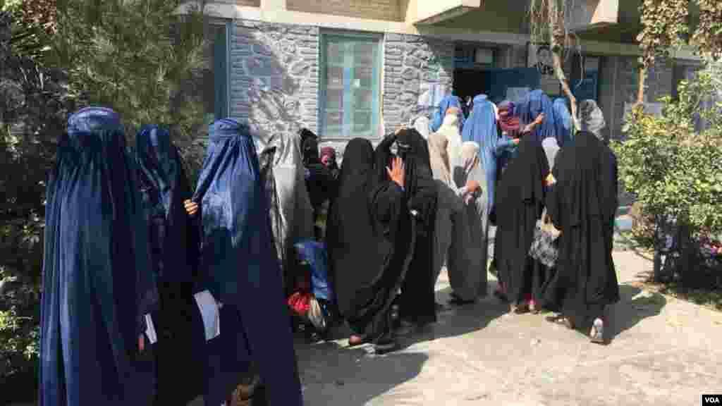 زنان رای دهنده در انتظار رای دادن در یکی از مراکز رای دهی شهر کندهار