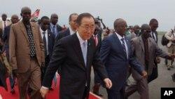 潘基文(中)抵達布隆迪訪問