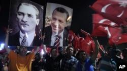 星期五清晨,埃爾多安的成千上萬支持者聚集在伊斯坦布爾的機場,歡迎埃爾多安歸來。