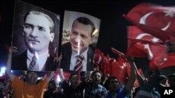7일 무스타프 케말 아타투르크의 사진을 들고 시위하는 터키 반정부 시위대.