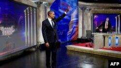 Tổng thống Barack Obama vẫy chào khán giả của chương trình hài hước Jon Steward, ngày 27/10/2010 , DC, ngày 27 tháng 10. Năm 2010. (Chính thức của Nh