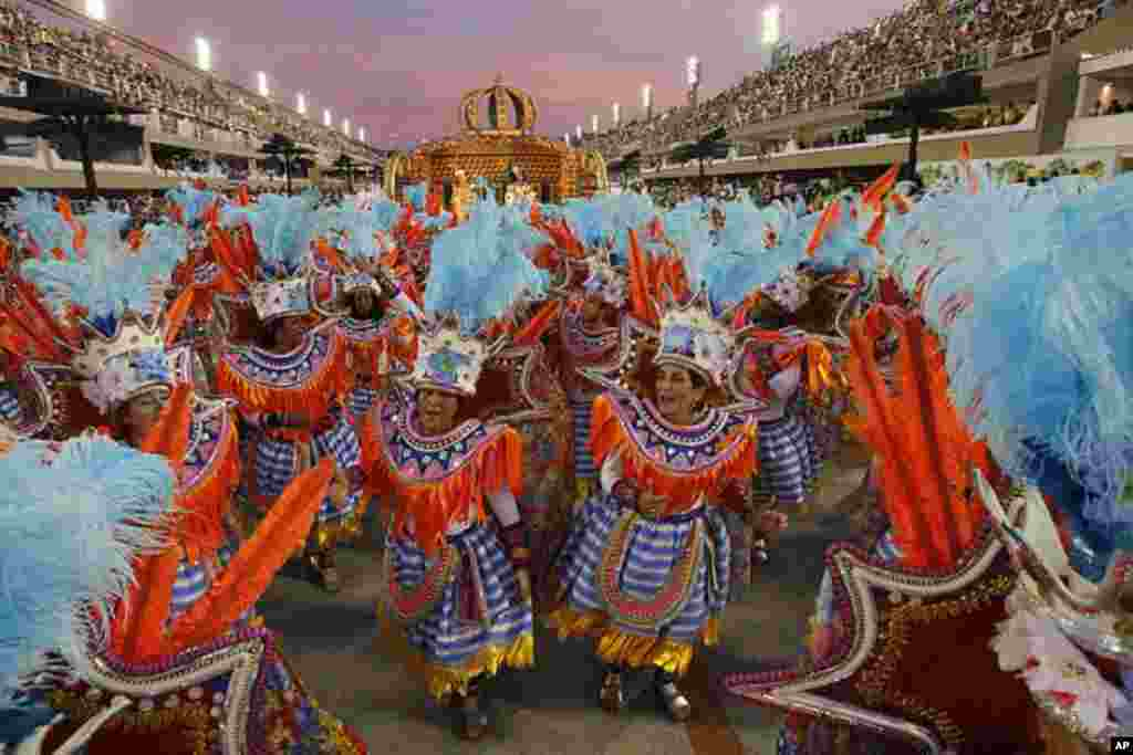 Performers from the Unidos da Vila Isabel samba school parade during carnival celebrations at the Sambadrome in Rio de Janeiro, Brazil, February 20, 2012. (AP Photo)
