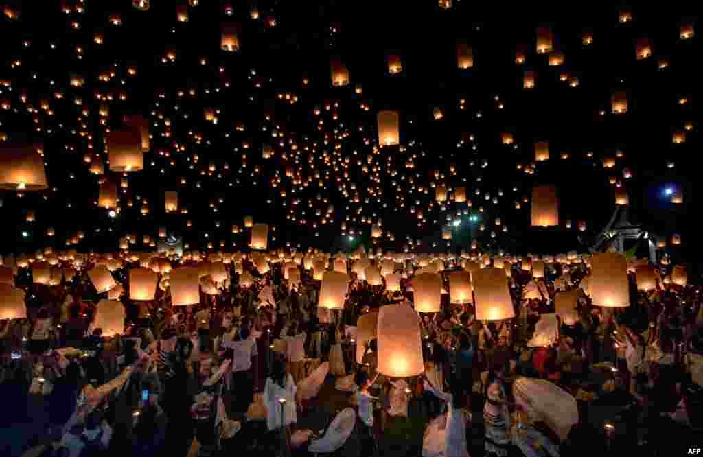 Tayland'ta düzenlenen Yee Peng festivalinde yakılan fenerlerle Taylandlılar, Buda'ya saygılarını sundular.