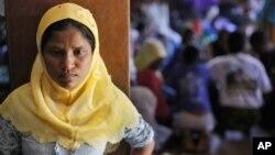 Phụ nữ Rohingya đứng trước một nơi trú ẩn tạm thời ở thị trấn Bayeun, tỉnh Aceh, Indonesia.