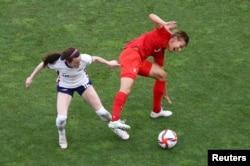 Quinn (kaos merah) saat berlaga di lapangan hijau, dalam pertandingan semi final sepak bola Olimpiade Tokyo 2020 antara Kanada melawan AS di stadion Ibaraki Kashima, 2 Agustus 2021. (REUTERS/Mike Segar)