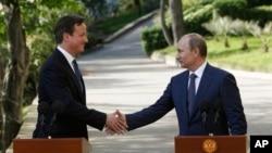 10일 회동 후 기자회견에 참석한 블라디미르 푸틴 러시아 대통령(오른쪽)과 데이비드 카메론 영국 총리.