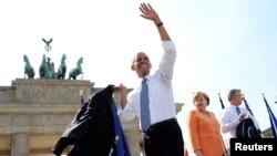 Le président américain Barack Obama avec la Chancelière allemande Angela Merkel (C) et le Maire de Berlin Klaus Wowereit (D), après son discours devant la Porte de Brandebourg à Berlin, le 19 juin 2013 (REUTERS/Michael Kappeler)