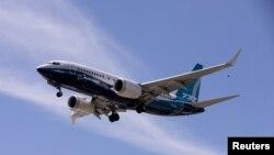 ARCHIVO - Un avión Boeing 737 MAX aterriza en Seattle, Washinton, el 29 de junio de 2020.