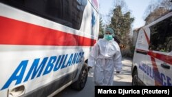 Medicinski radnik u zaštitnoj opremi ispred Infektivne klinike u Beogradu