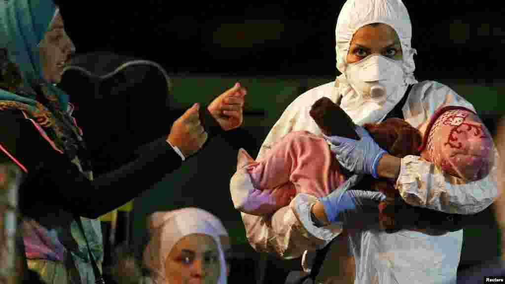 Un secouriste porte un enfant à l'arrivée au port sicilien de Pozzallo, le 19 avril 2015.