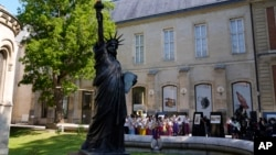 فرانس میں تیار کیے جانے والے مجسمہ آزادی کی منی نقل امریکہ روانگی کے لیے تیار ہے۔ 7 جون 2021
