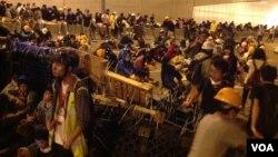 Para demonstran Hong Kong memblokir lalu lintas di sebuah jalan utama, Minggu (30/11).