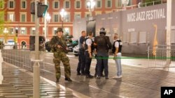 Polisi dan tentara Perancis menerapkan lockdown di kota Nice pasca serangan maut Kamis (14/7) malam.