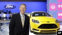 Presiden dan CEO Ford, Alan Mulally, berdiri dekat sebuah mobil Ford Focus dalam pameran otomotif di Detroit Januari 2013. (AP/Carlos Osorio)
