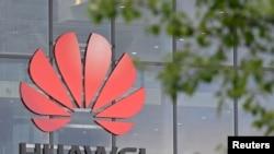 Tư liệu: Logo bên ngoài cơ sở Huawei ở Reading, bên Anh. Ảnh chụp ngày 2/5/2019. REUTERS/Toby Melville