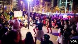 Aksi Sinterklas dalam Bazaar Natal yang disambut tidak hanya umat Kristen tapi juga warga Muslim di Beirut, Lebanon. (VOA/V. Undritz)