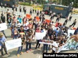 Mahasiswa dan pemuda Papua menggelar aksi demo di Jakarta, menuntut pengusutan kasus Deiyai. (VOA/Nurhadi Sucahyo)