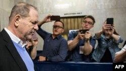Harvey Weinstein quitte le tribunal pénal de Manhattan, à New York, le 25 mai 2018.