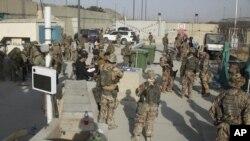 2021 年 8 月 20 日星期五,英國和美國軍方成員正在將人們從阿富汗喀布爾撤離。 (國防部通過美聯社)