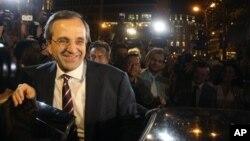 希臘新民主黨領導人薩馬拉斯向支持者發表講話後離開選舉票站。