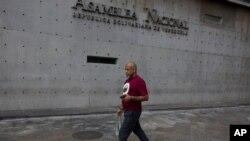 El jefe del Gobierno del Distrito Capital, Daniel Aponte, expresó sus condolencias y comunicó que el sepelio de Durán Trujillo será este miércoles en la capilla central de la Funeraria Vallés en Caracas.