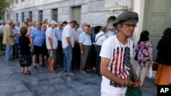 20일 그리스 아테네의 은행 앞에서 노인들이 연금을 지급받기 위해 줄을 서 있다.