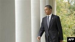 Tổng thống Hoa Kỷ Barack Obama đi đến Vườn hồng Tòa Bạch Ốc đẻ thảo luận về cài chết của ông Gadhafi, nhà cựu lãnh đạo Libya