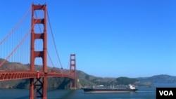 Hay pasarelas debajo del puente por donde podría pasear la gente, por ejemplo.