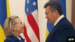 Хиллари Клинтон и Виктор Янукович (архивное фото)