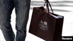 內裝有國際奢侈品名牌店寇馳(Coach)的構物袋。