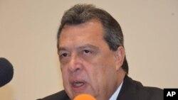 Angel Aguirre Rivero, gubernur negara bagian Guerrero, Meksiko, mengumumkan pengunduran dirinya di Chilpancingo, Meksiko (23/10). (AP/Alejandrino Gonzalez)