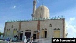حملے کا نشانہ بننے والی الروضہ مسجد جو مصر کے علاقے صحرائے سینائی میں واقع ہے۔ 24 نومبر 2017