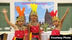Anak-anak anggota kelompok tari Vida yang membawakan tarian Manuk Dadali di acara malam Indonesia di Florida.