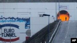 Công nhân đường sắt đi qua lối vào đường hầm Channel gần Calais ở Coquelles, Pháp, ngày 17/1/2015.