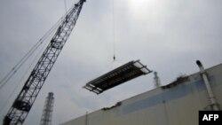 Công việc lắp đặt được thực hiện trên nóc 1 tòa nhà ở nhà máy điện Fukushima Daiichi, Nhật Bản, 18/7/2011