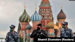 រូបឯកសារ៖ ទាហាន ពាក់ម៉ាស ឈរនៅលើទីលាន Red Square ក្នុងទីក្រុងមូស្គូ នៃប្រទេសរុស្ស៊ី។