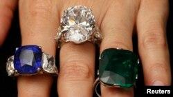 Una empleada de una casa de subastas muestra las joyas ofrecidas este miércoles en Ginebra.