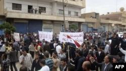 Cư dân thành phố Qamishli của Syria biểu tình đòi Tổng thống bước xuống, họ hô to khẩu hiệu 'Chúng tôi không sợ', và cam kết ủng hộ thành phố Daraa đang bị vây hảm
