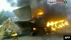Daraa kentinde ateşe verilen bir Suriye tankı