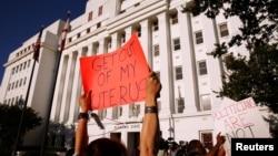 支持選擇的支持者在阿拉巴馬州議會大廈前抗議。