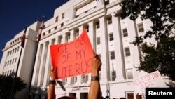 支持堕胎人士2019年5月14日在阿拉巴马州首府蒙哥马利市的州议会大楼前示威,抗议州议会通过几乎全面禁止堕胎的法案。