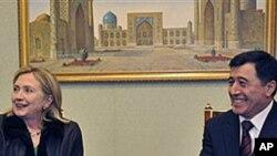 Клинтон врши притисок за човекови права во Узбекистан