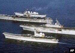 个头不同:(从前至后)西班牙阿斯图里亚斯亲王号航母、美国黄蜂级两栖攻击舰、美国福莱斯特级航母(现已退役)、英国无敌级轻型航母