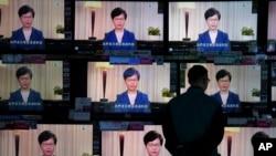 2019年9月4日,一名男子在香港一家电器商店观看电视播放的特首林郑月娥正式撤回修订逃犯条例的电视讲话。