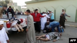 Korban ledakan bom di dekat sebuah masjid di Kirkuk, diangkut dengan sebuah truk 'pick-up' (15/10). 11 orang dilaporkan tewas dalam insiden ledakan bom seusai menunaikan sholat Idul Adha tersebut.