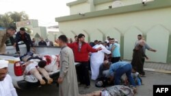 Thi thể của các nạn nhân vụ nổ bom tại đền thờ Hồi giáo của người Sunni tại thành phố phía bắc Kirkuk ở Iraq, ngày 15/10/2013.