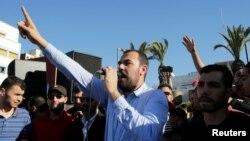 Nasser Zefzafi, leader de la contestation populaire dans la région du Rif, dans le nord du Maroc, harangue la foule à Al-Hoceïma, Maroc, 18 mai 2017.