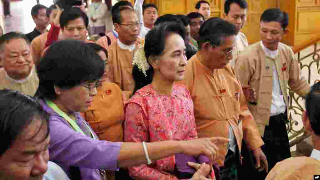 Shugabar jam'iyyar rajin kare mulkin dimokaradiyya, Aung San Suu Kyi, a wajen taron farko na 'yan majalissar kasar a birnin Naypyidaw, Myanmar.