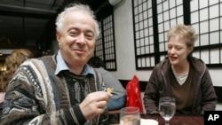 """来自加州比佛利山庄的戴维•加德纳和妻子莫琳圣诞节在纽约一家符合犹太洁食的中餐馆""""一等锅""""(Edsen Wok)用餐。(资料照)"""